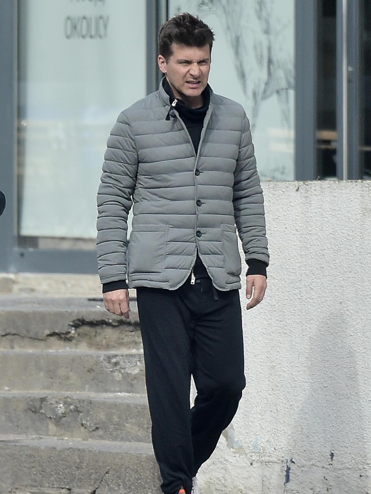 Tomasz Kammel w pikowanej kurtce