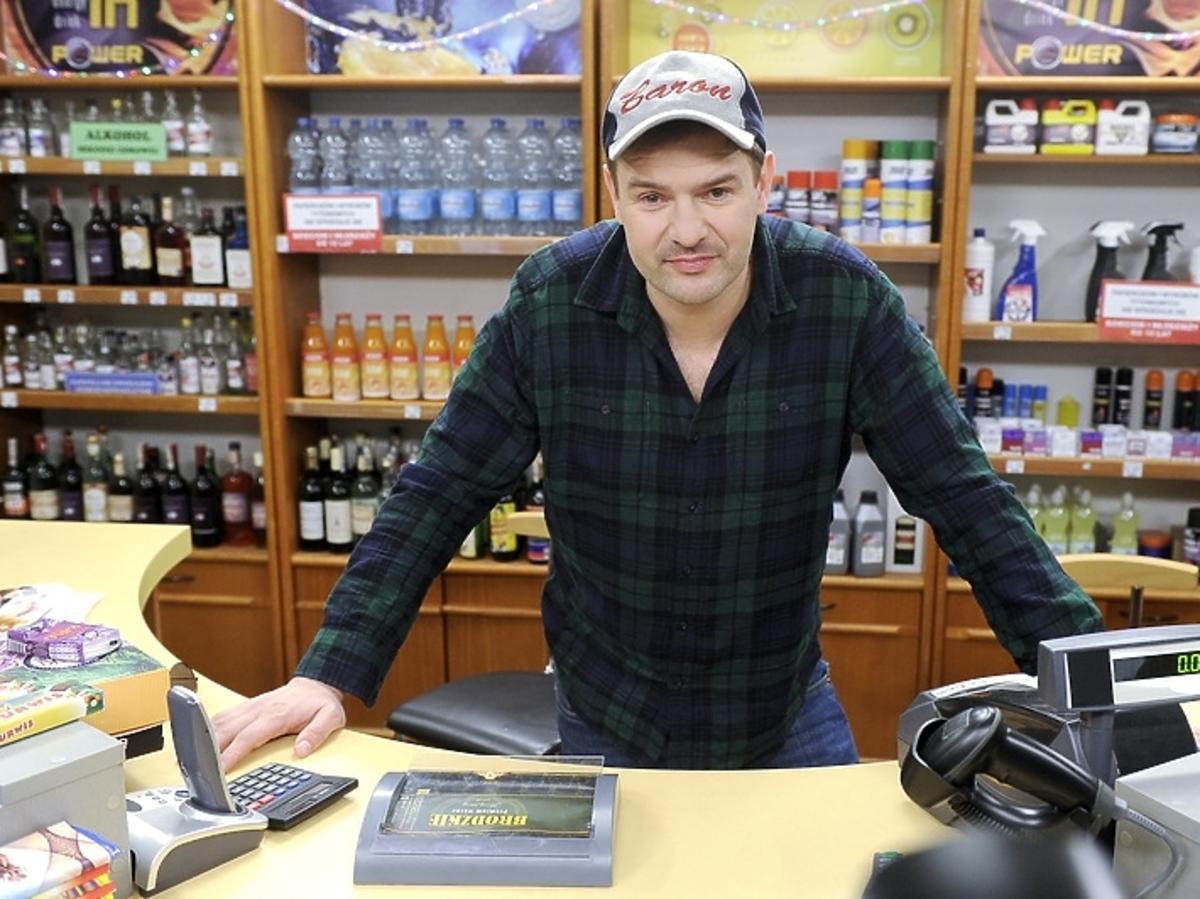 Tomasz Karolak na planie serialu Baron 24