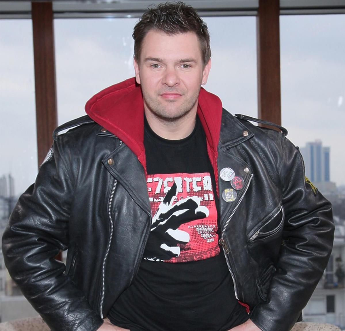 Tomasz Karolak w Dzień dobry TVN w skórzanej kurtce