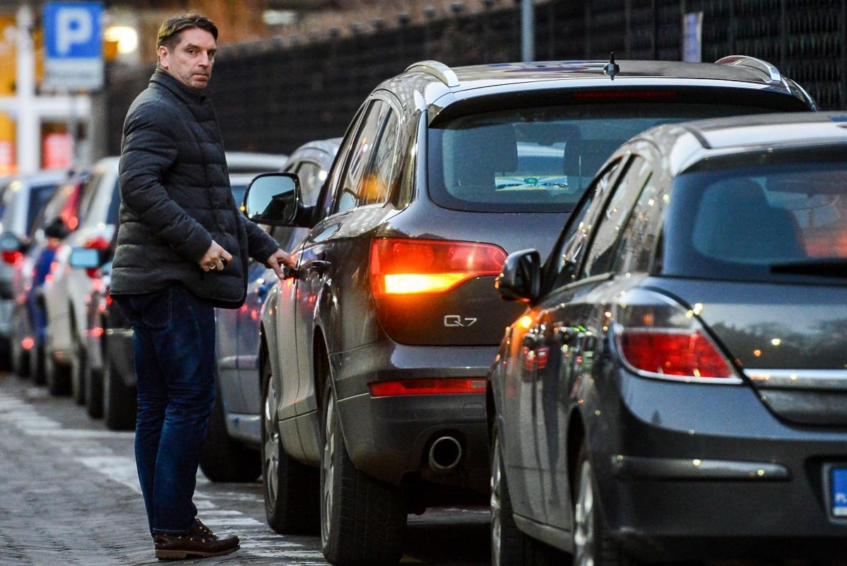 Tomasz Lis przy samochodzie