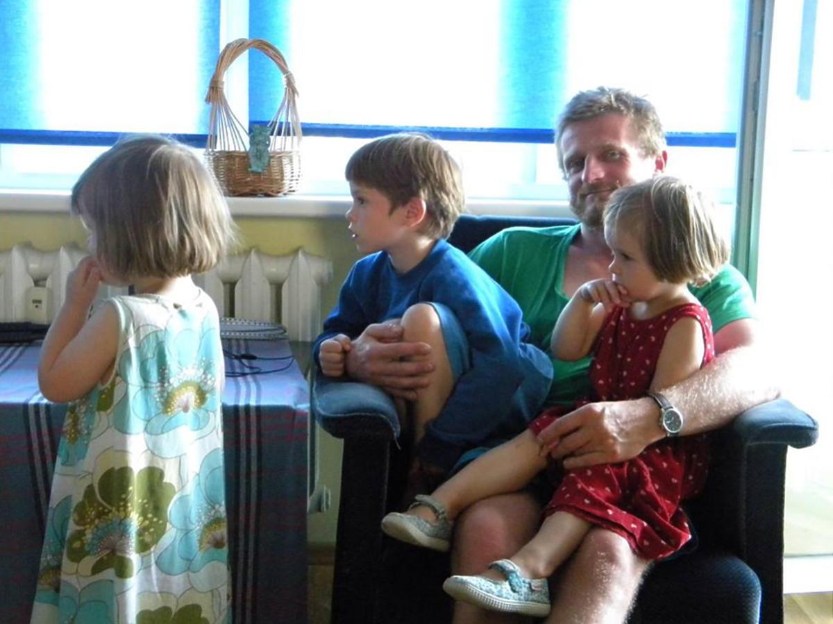 Tomasz Mackiewicz z dziećmi