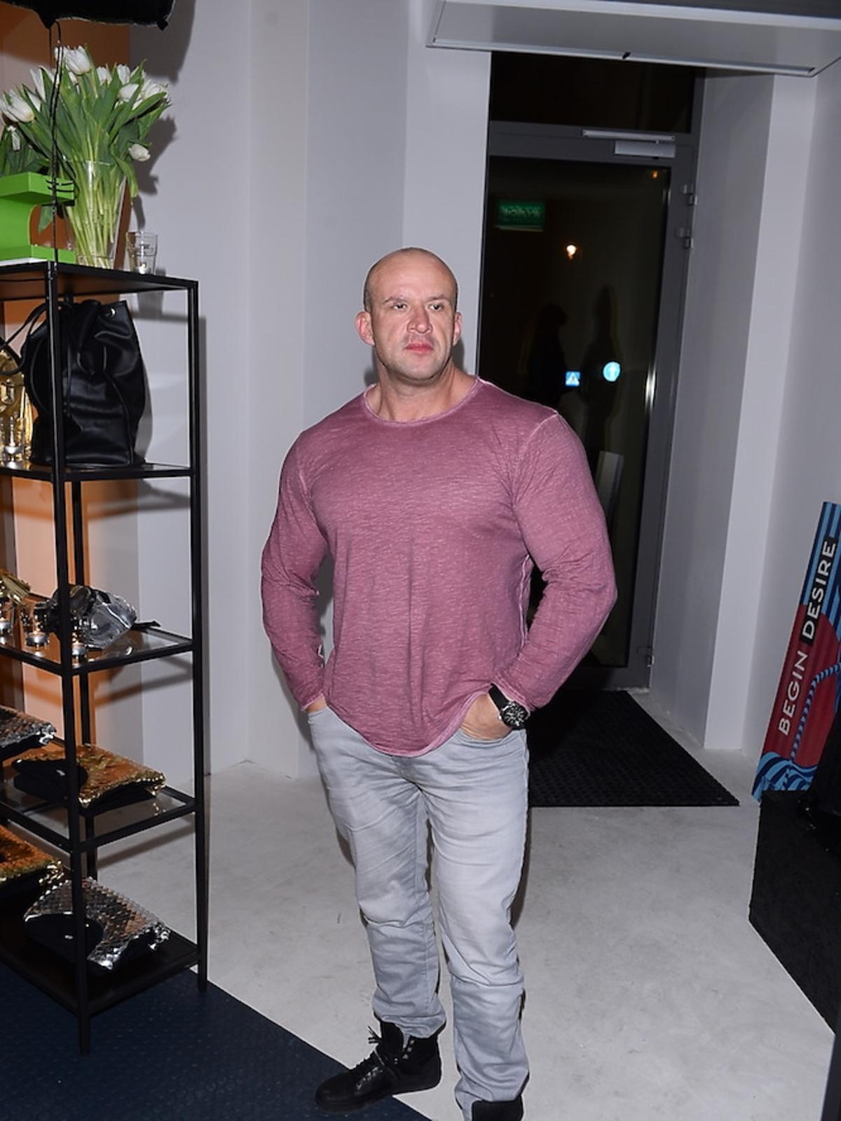 Tomasz Oświeciński w rózowej koszuli