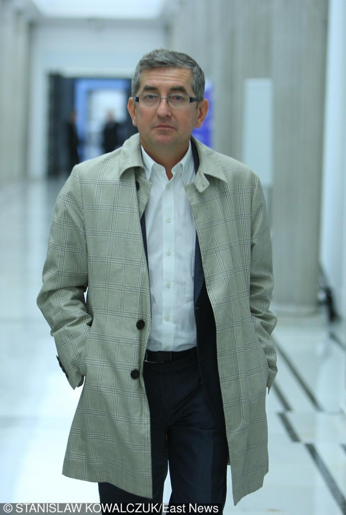 Tomasz Tomczykiewicz w jasnym płaszczu
