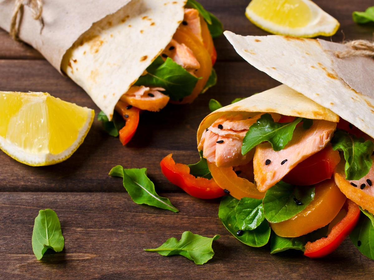 Tortilla podana z łososiem i warzywami.