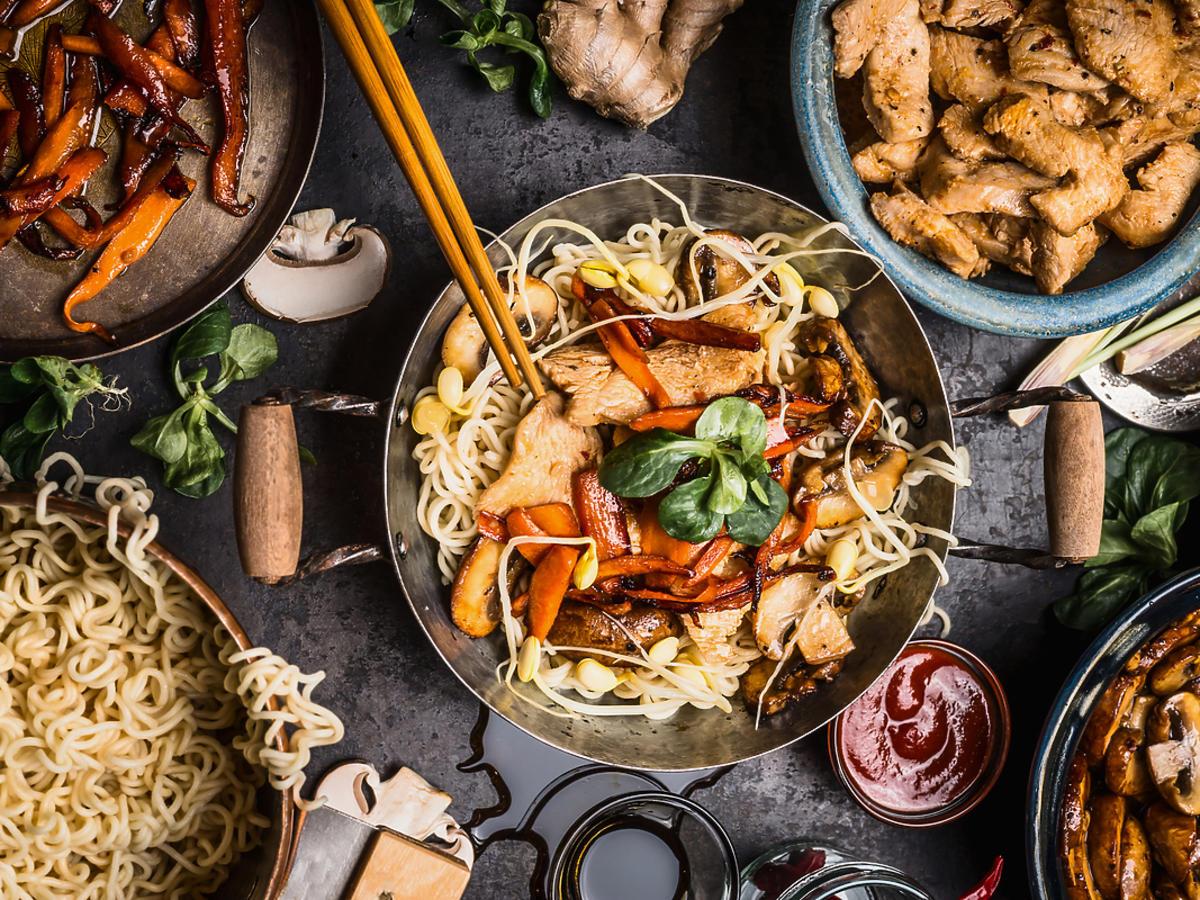 Tradycyjne dania kuchni azjatyckiej położone na stole.