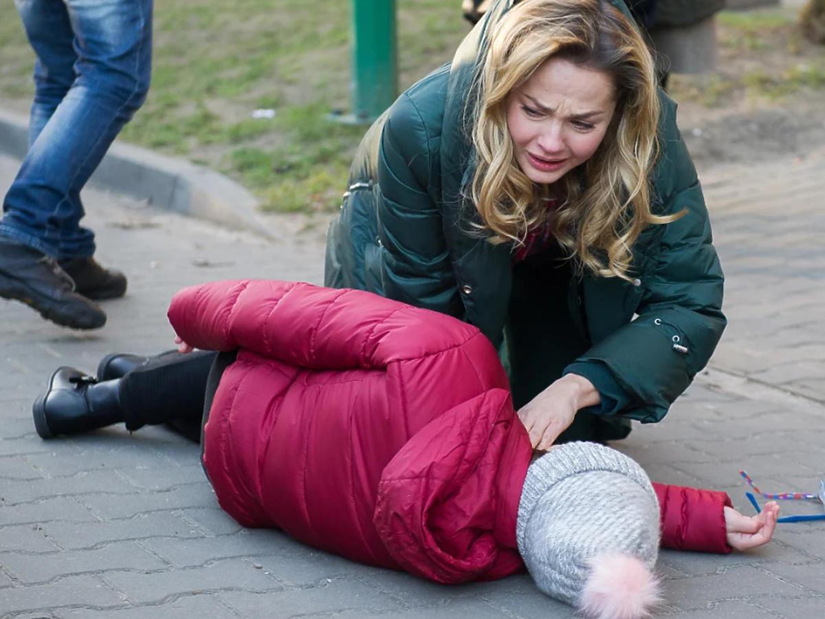 """Tragedia w """"Na Wspólnej"""". Sylwia wepchnie Ulę pod samochód! Córka Hofferów przeżyje?"""