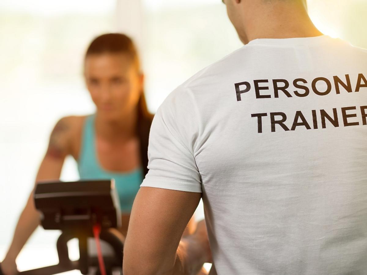 Trener personalny czy siłownia - co wybrać?