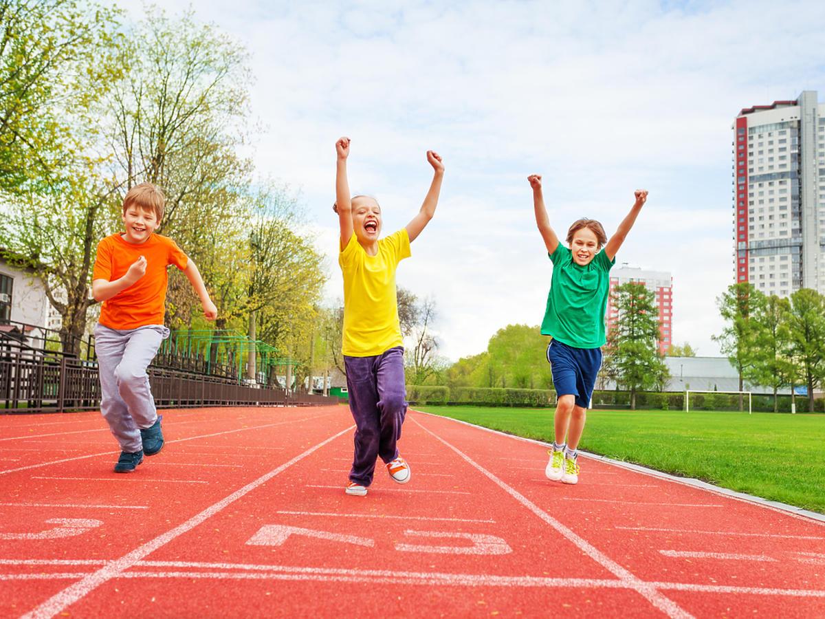 Trójka dzieci biegnie na bieżni