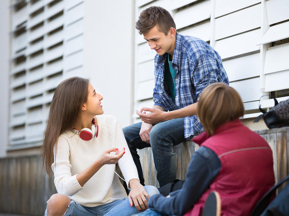Trójka nastolatków rozmawia ze sobą
