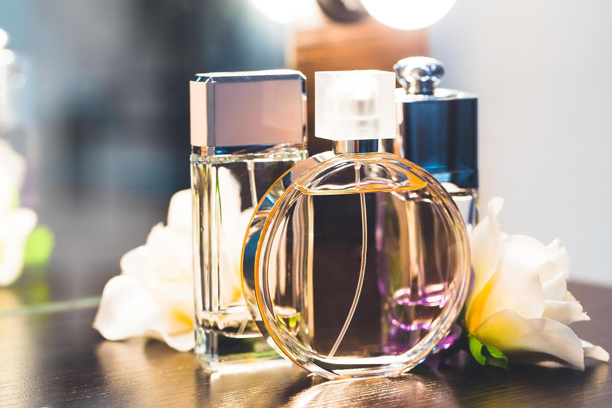 trzy butelki perfum
