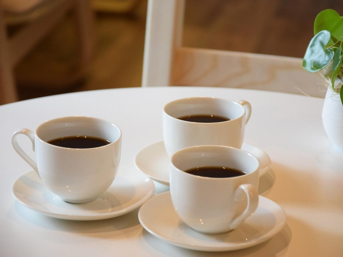 trzy filiżanki kawy