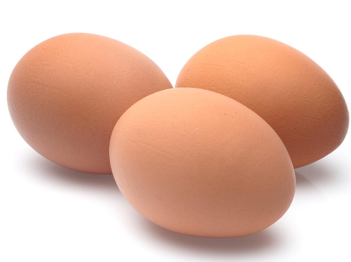 Trzy jajka kurze w skorupce.