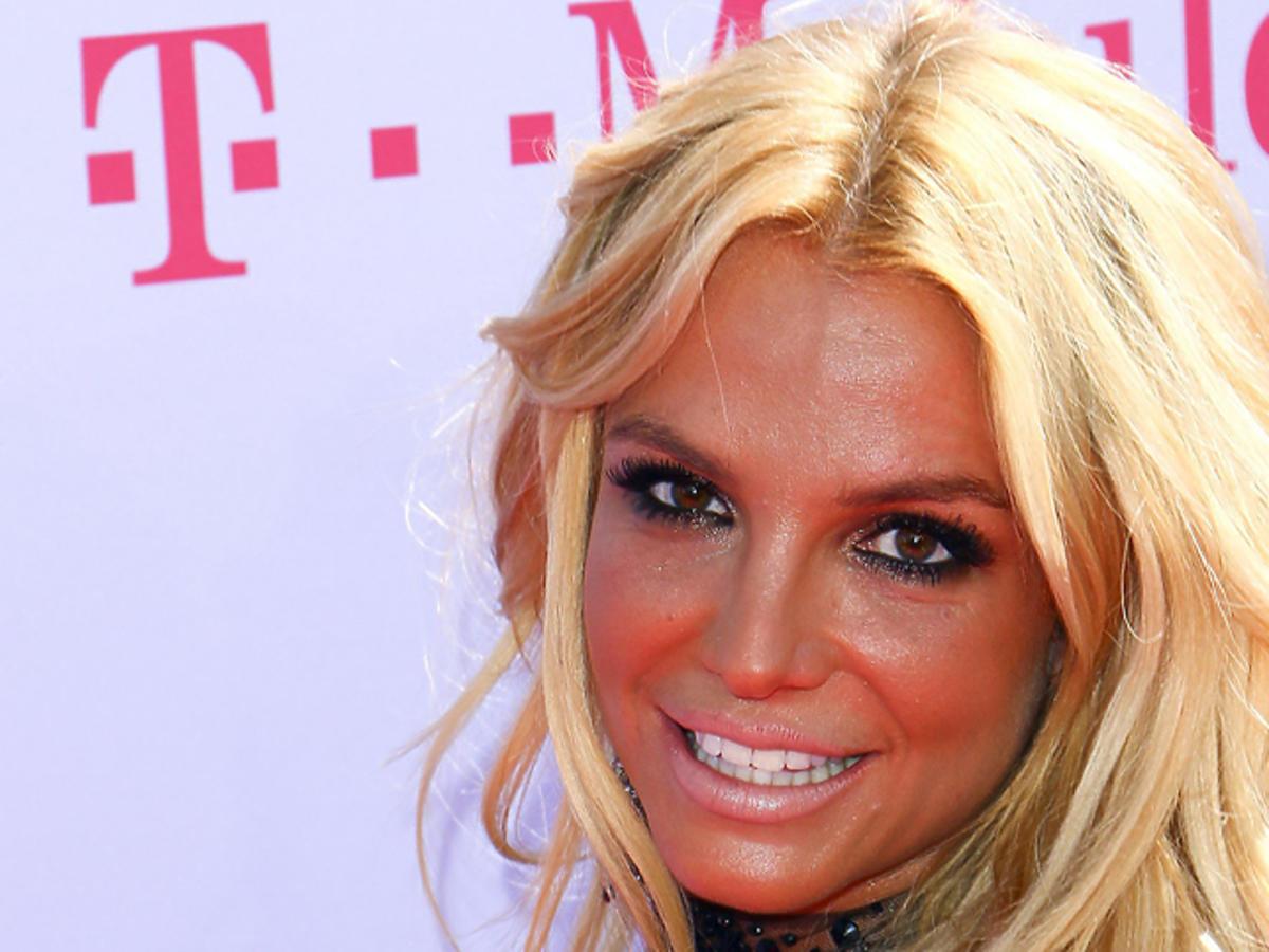 Twarz Britney Spears z mocną opalenizną i brokatem