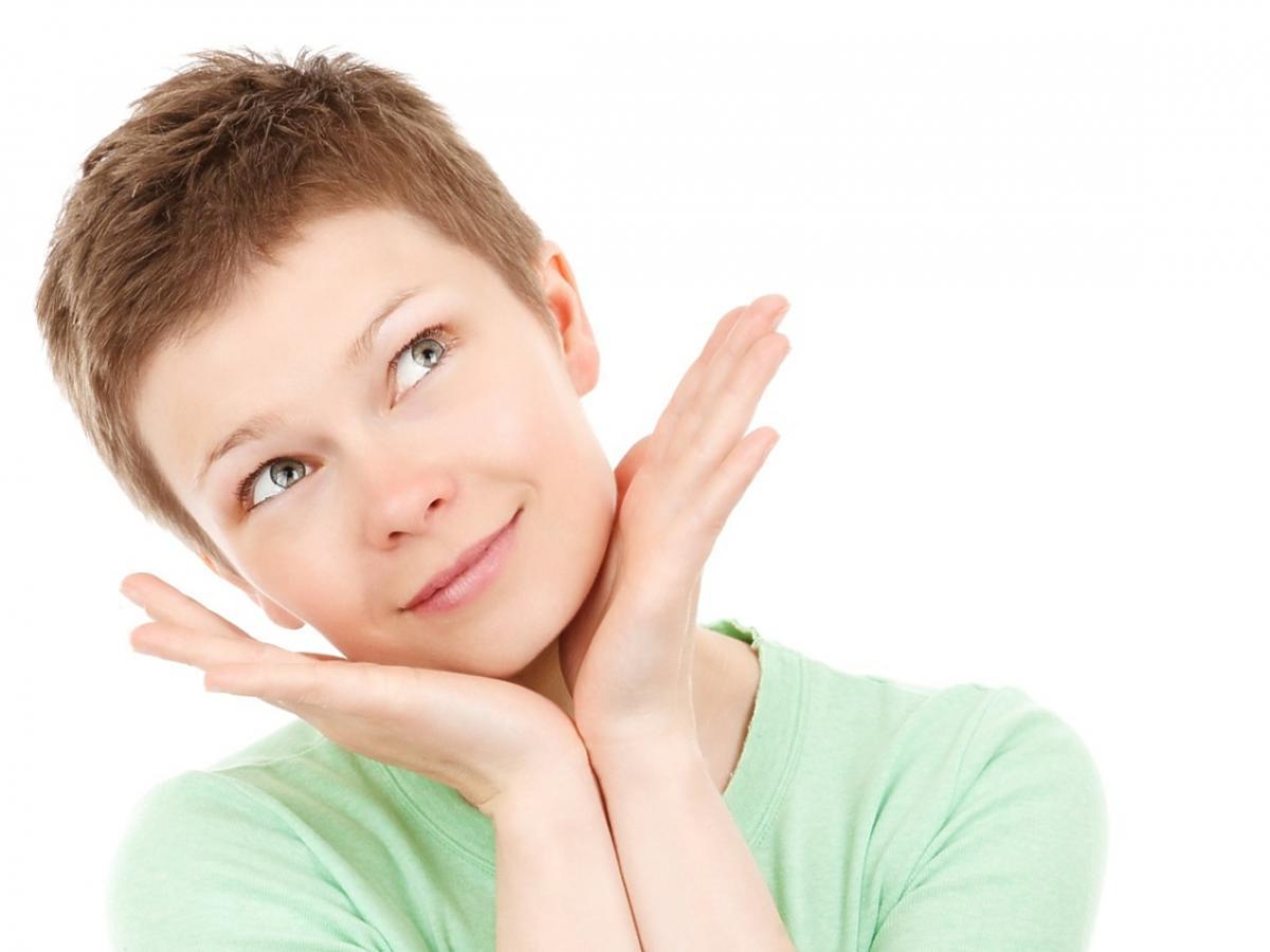 twarz kobiety z krótkimi włosami