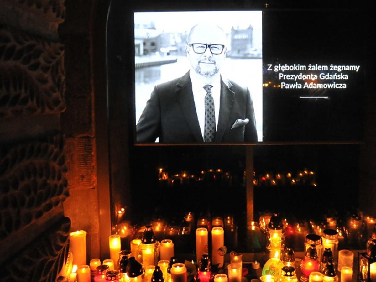 tysiące Polaków oddaje hołd Adamowiczowi