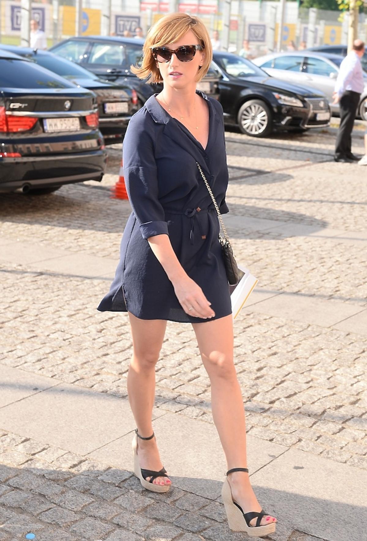 Ula Chincz w szarej sukience i okularach na ulicy
