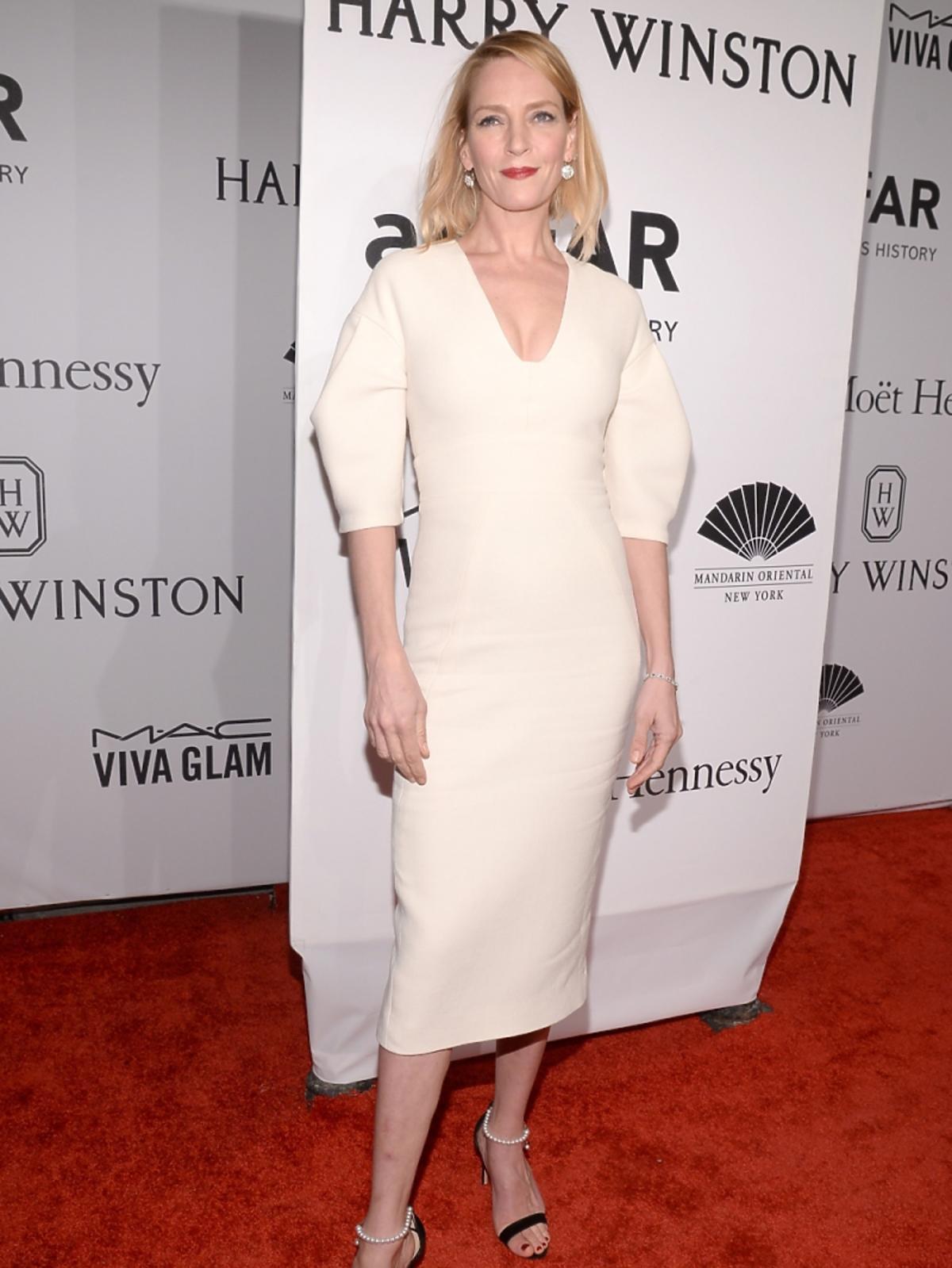 Uma Thurman w białej sukience z szerokimi ramionami