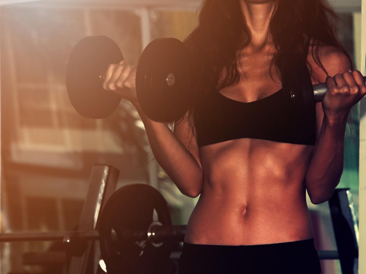 Umięśniony kobiecy brzuch