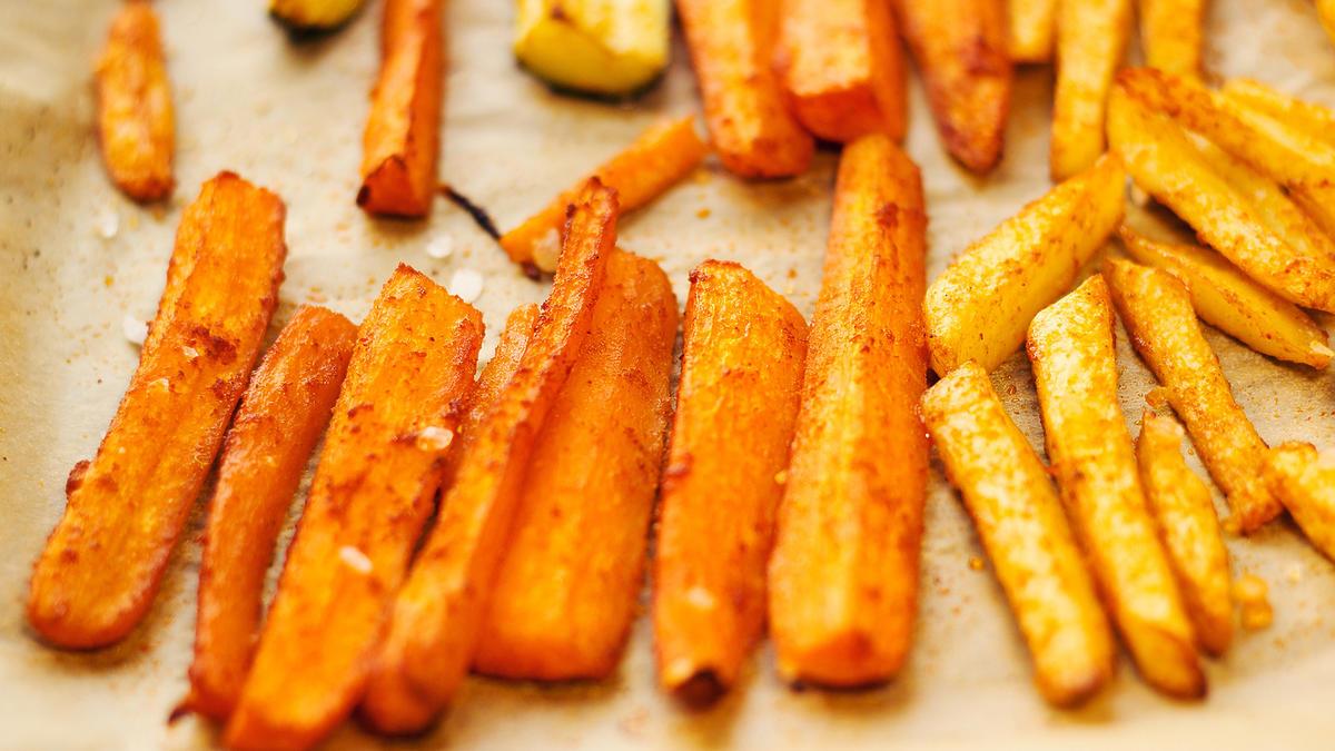 Upieczone w piekarniku frytki ze słupków marchewki