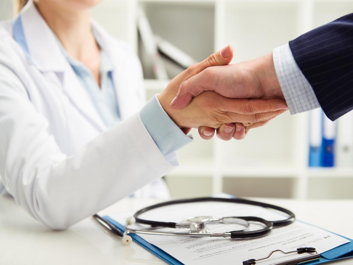 uścisk dłoni z lekarzem