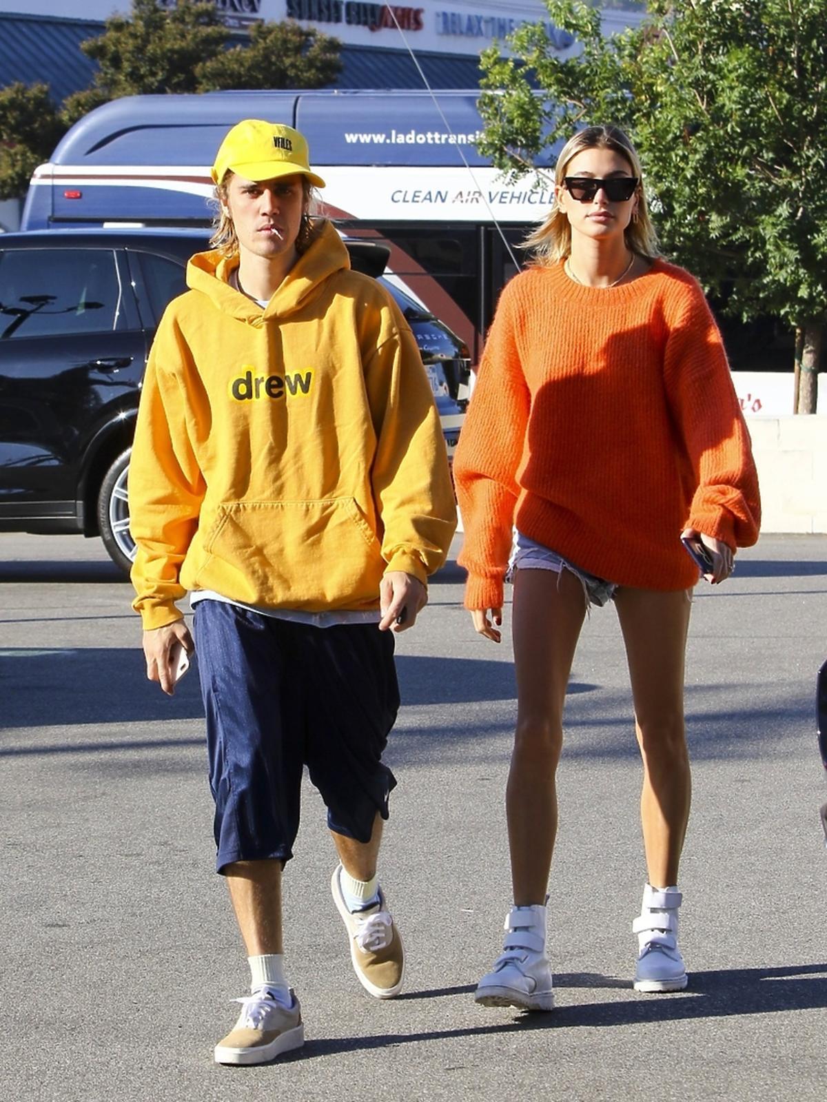 Uśmiechnięci Hailey Baldwin i Justin Bieber na zdjęciach paparazzi
