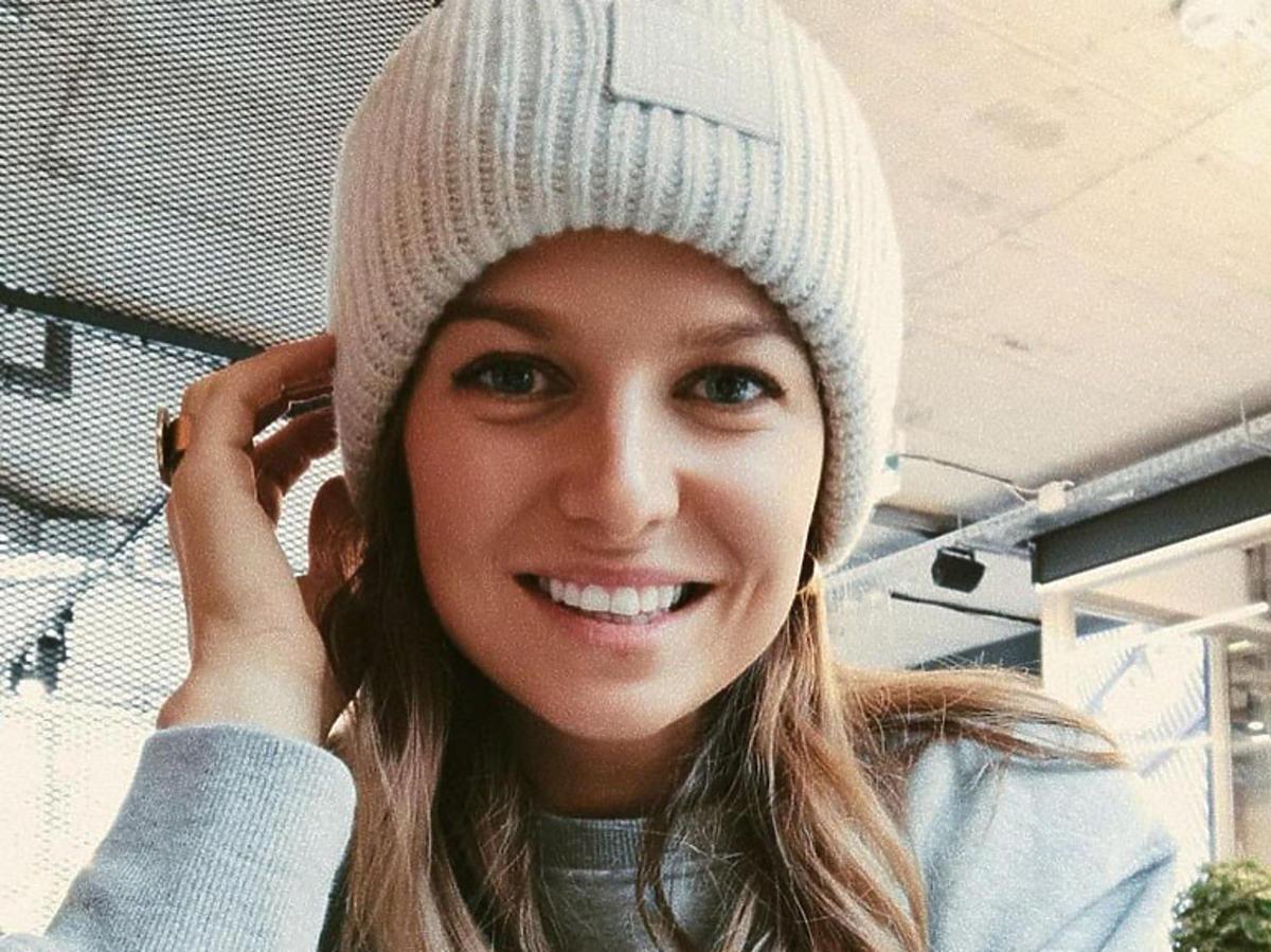 uśmiechnięta anna lewandowska w zimowej czapce