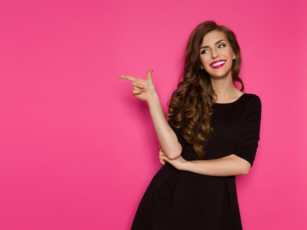 Uśmiechnięta kobieta w czarnej sukience