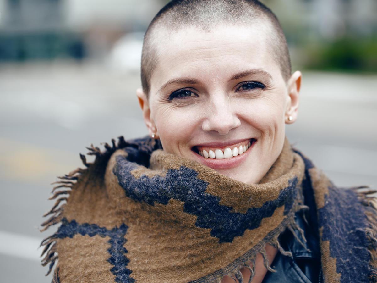 uśmiechnięta kobieta ze ściętymi włosami