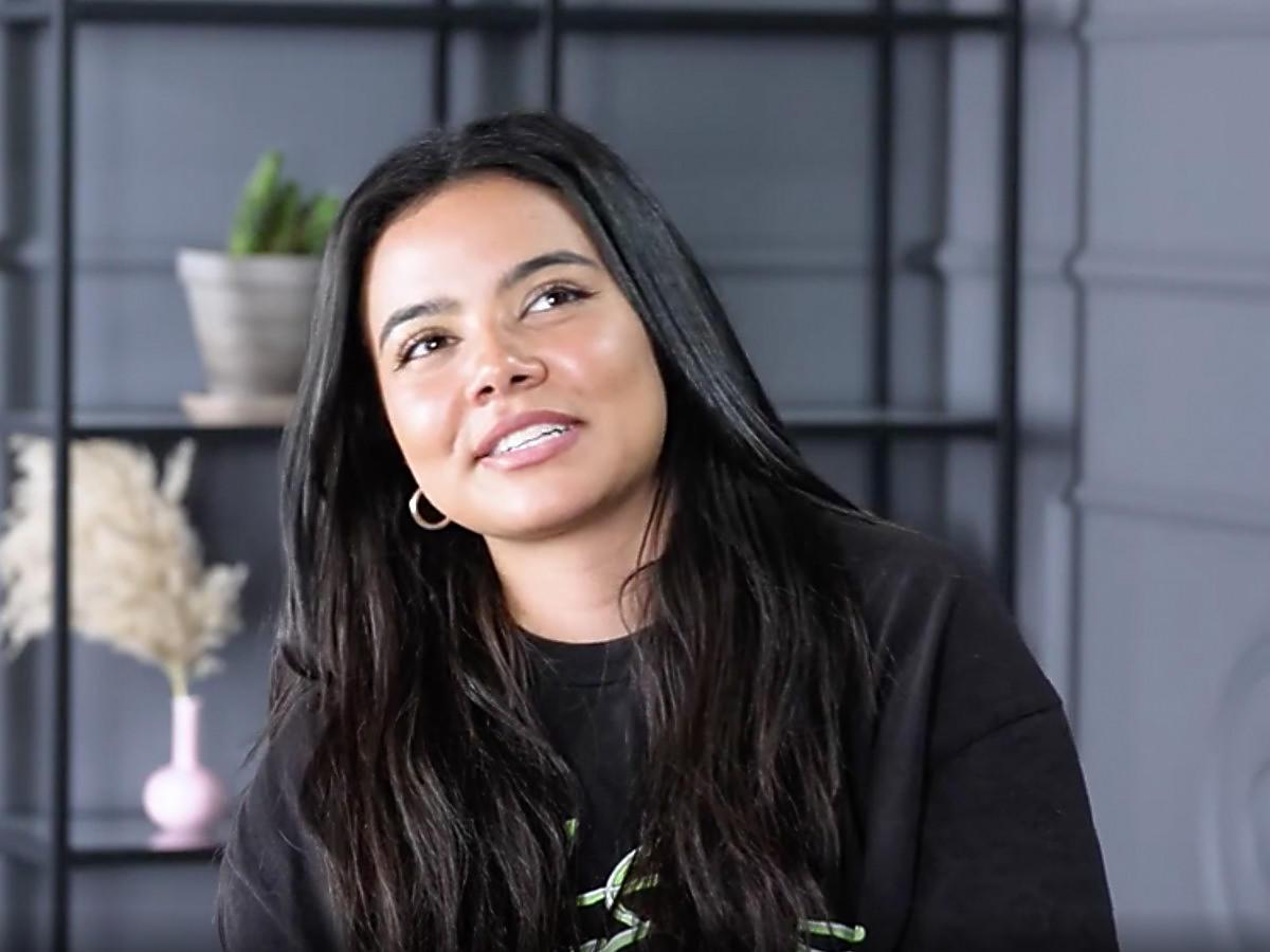Uśmiechnięta Lexy Chaplin podczas wywiadu z dziennikarką Party.pl