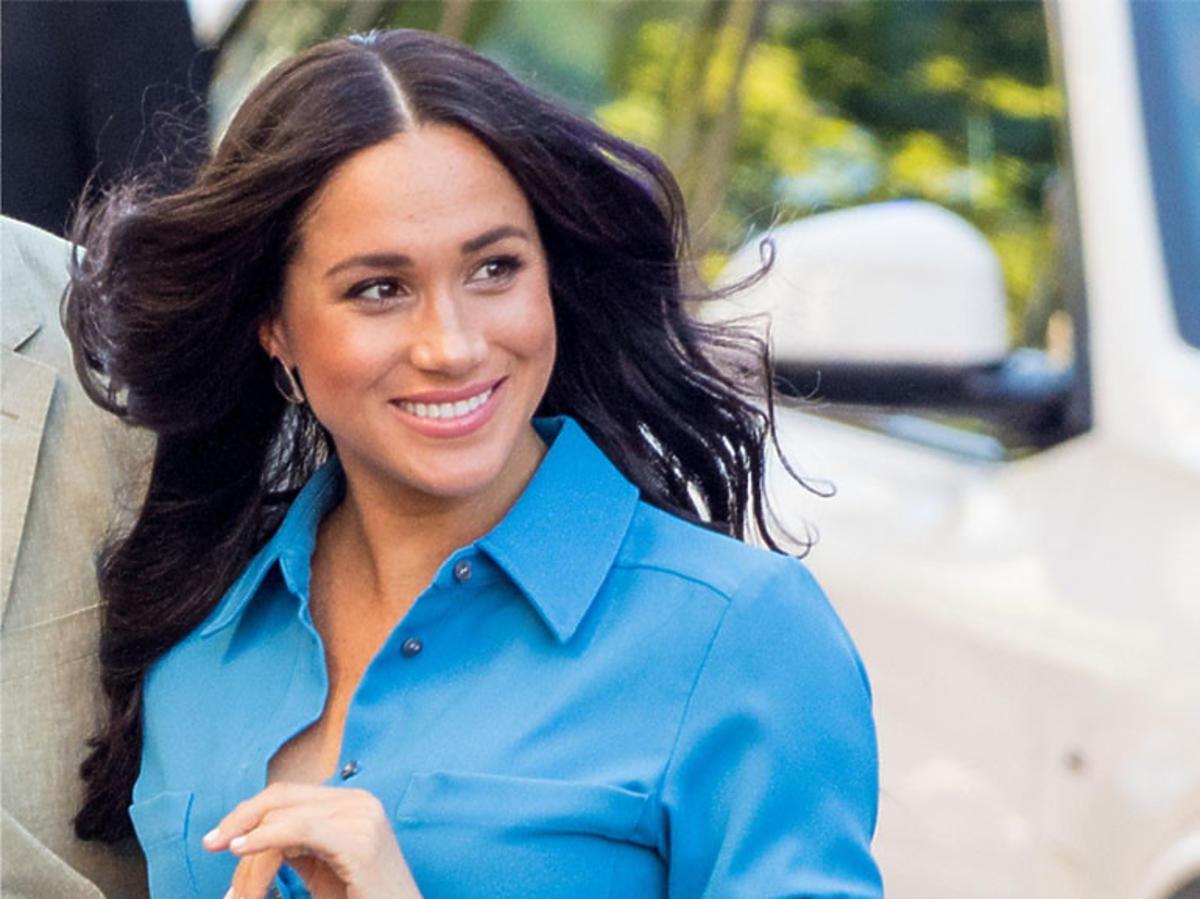 uśmiechnięta Meghan Marle w niebieskiej sukience