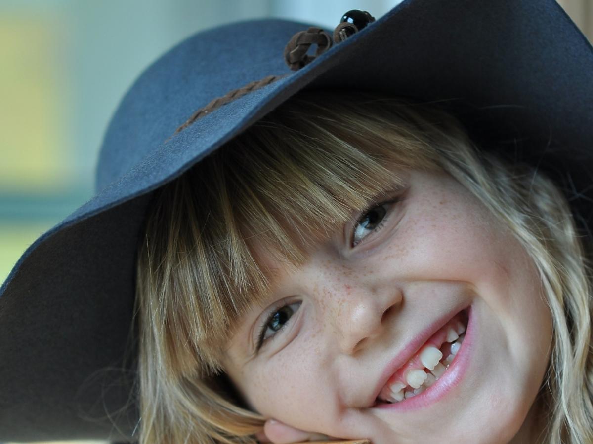 uśmiechnięte dziecko w kapeluszu