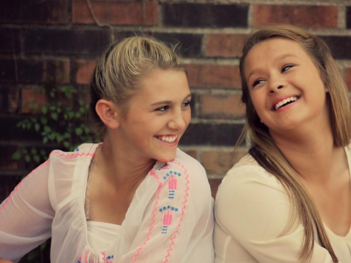 Uśmiechnięte nastoletnie dziewczyny