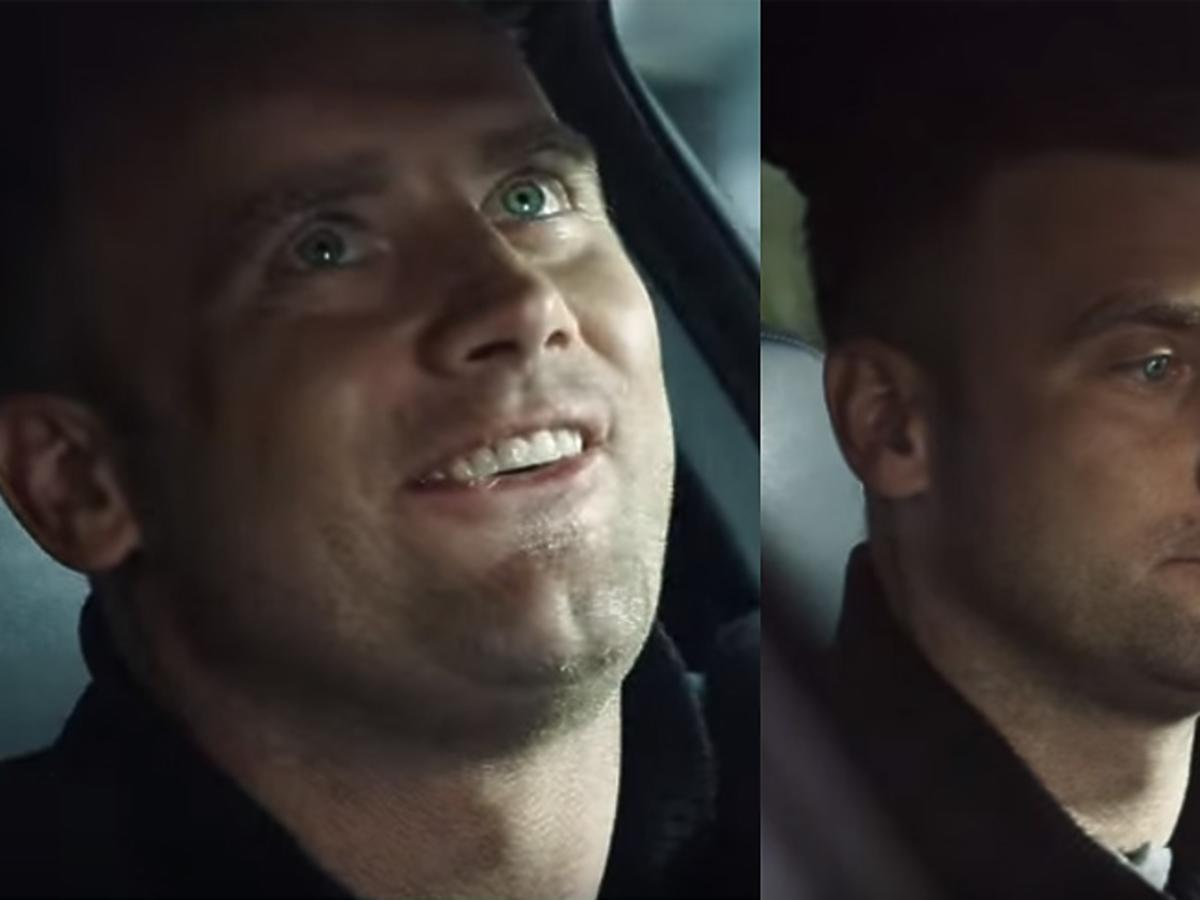 Uśmiechnięty Artur Boruc za kierownicą samochodu