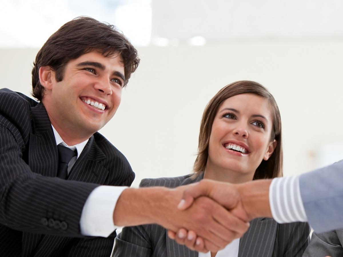 uśmiechnięty biznesmen