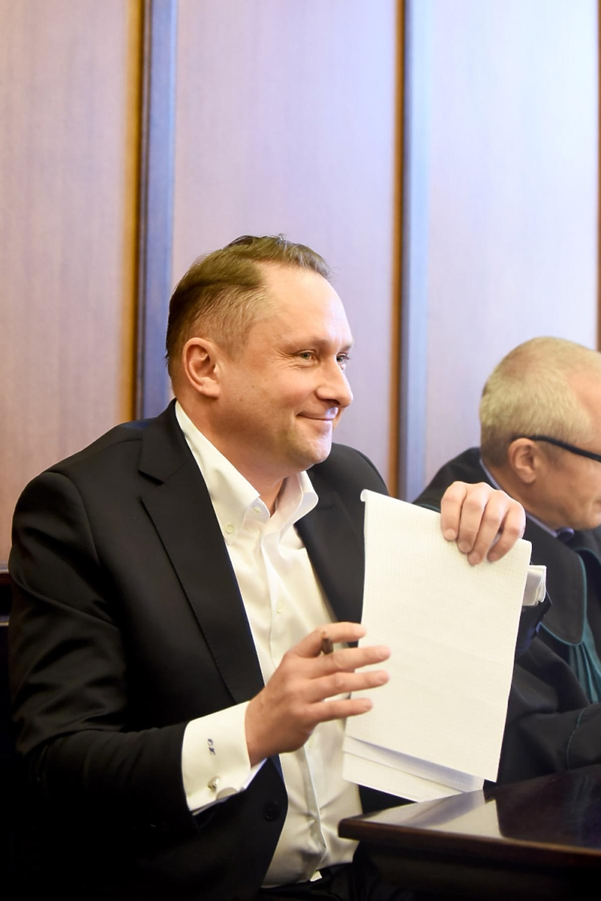 Uśmiechnięty Kamil Durczok na procesie z Wprostem