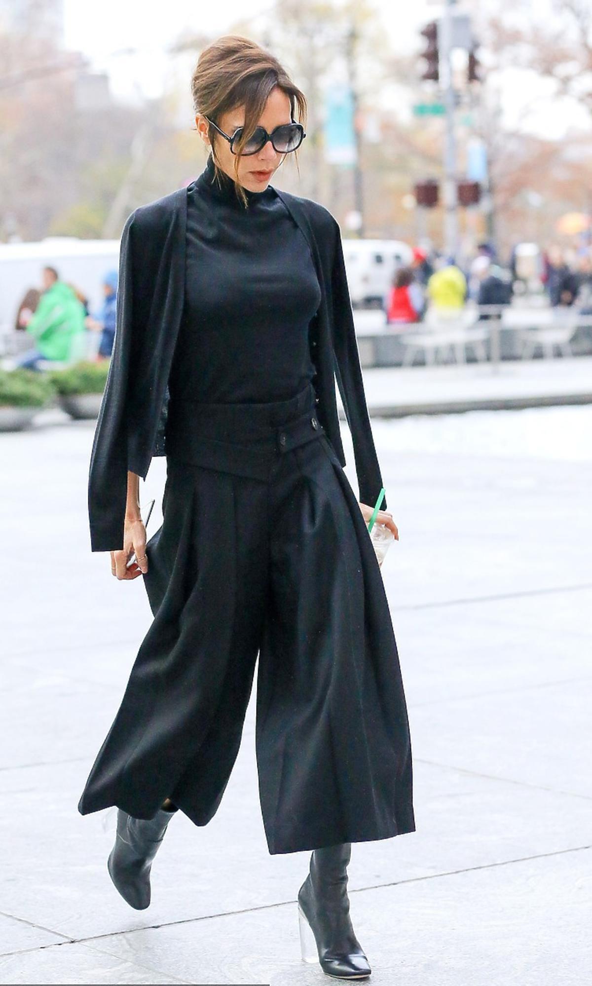 Victoria Beckham w czarnych spoddniach, bluzce, butach i okularach