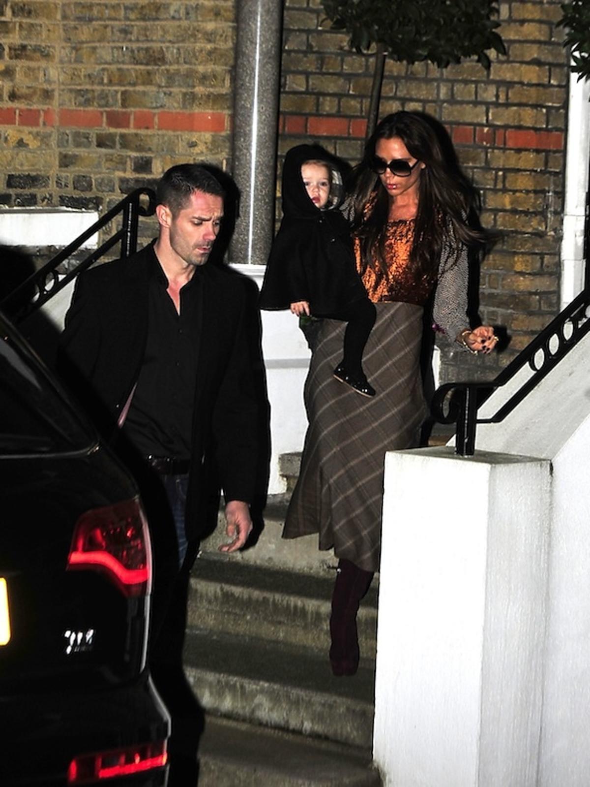 Victoria Beckham z Dziećmi wracają z rodzinnej kolacji w Londynie