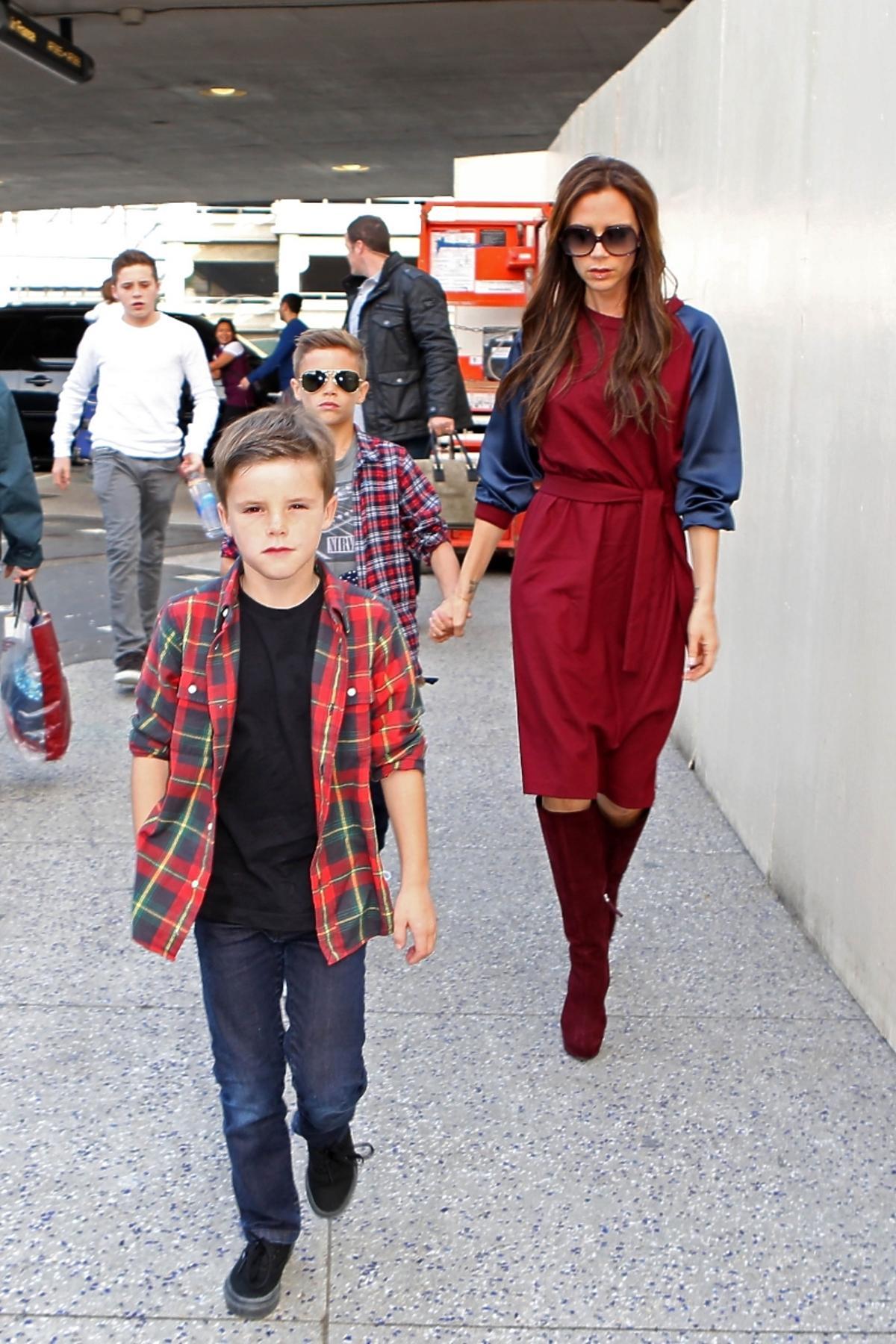 Victoria Beckham z synami Cruz, Romeo i Brooklyn opuszczają Los Angeles