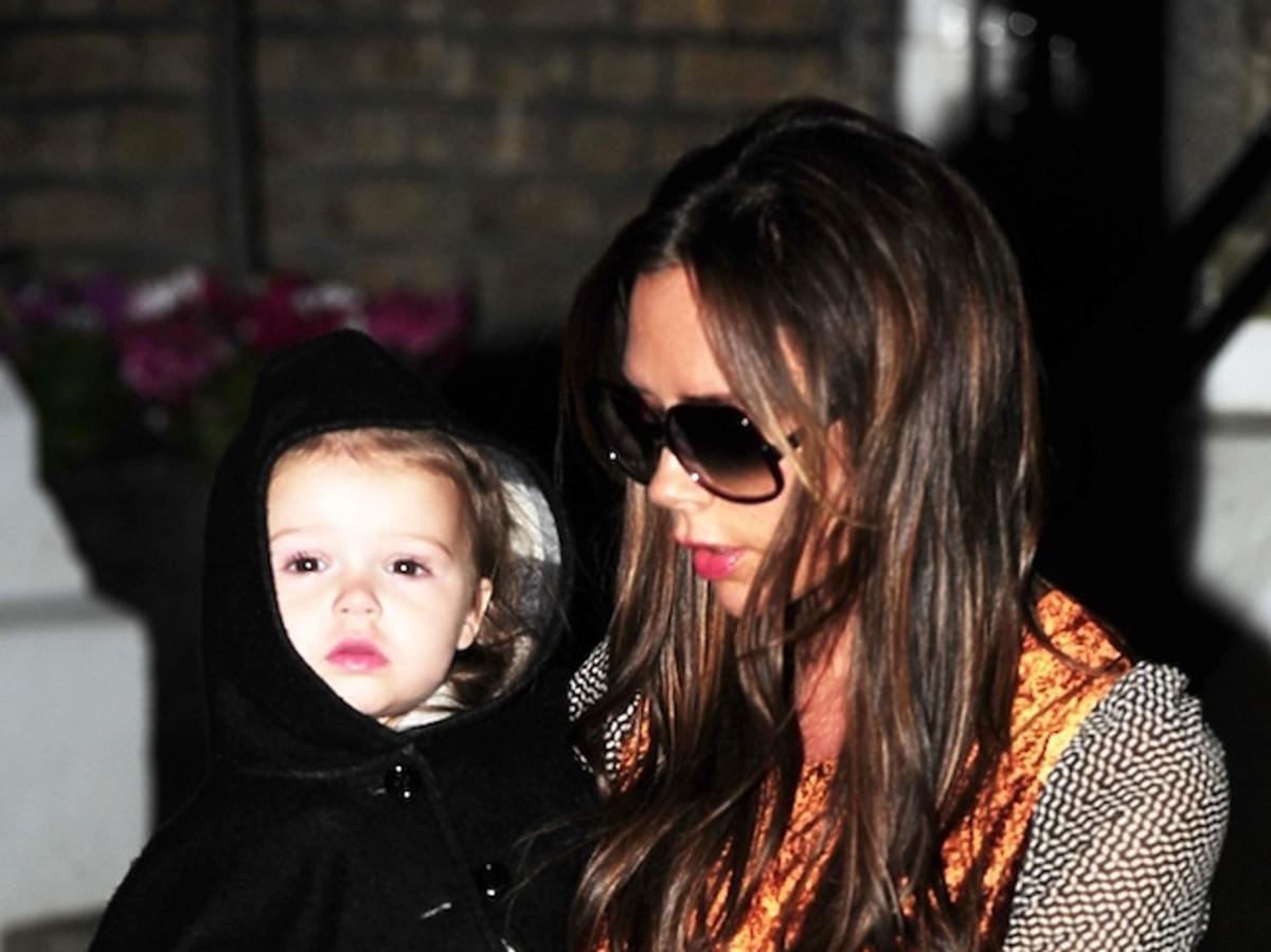 Victoria i Herper Seven Beckham wracają z rodzinnej kolacji w Londynie
