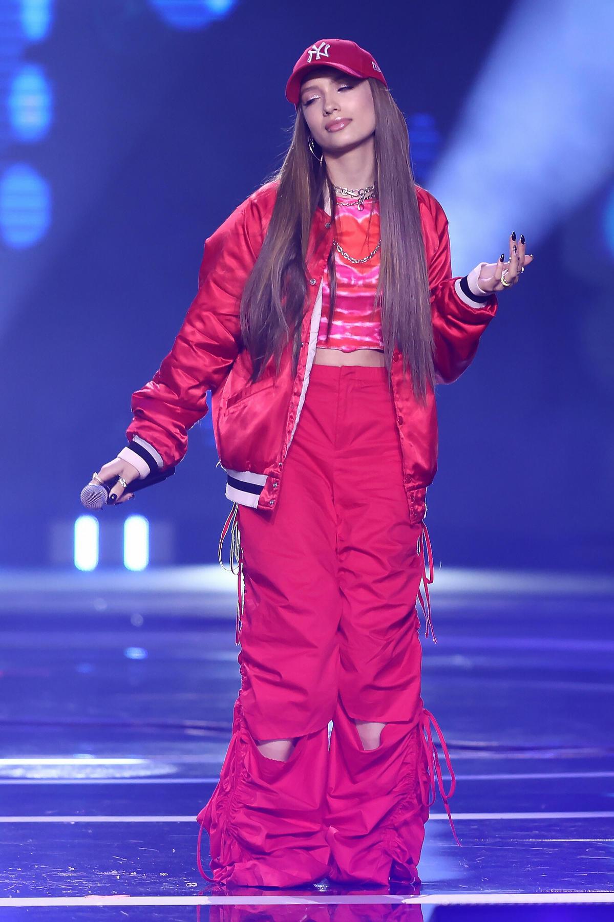 Viki Gabor w czerwonym dresie