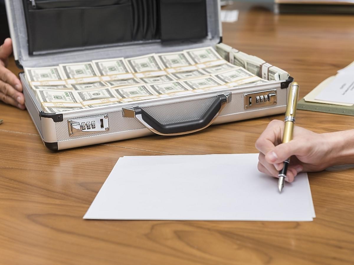 walizka pieniędzy i dokumenty