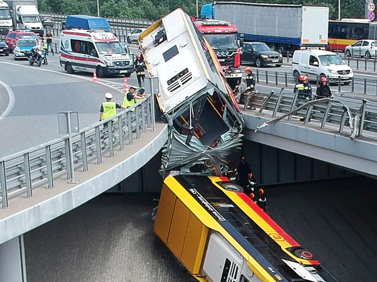 Warszawa. Autobus spadł z mostu na Wisłostradę. Znamy nowe szczegóły tragicznego wypadku: kierowca, ofiary, akcja ratunkowa