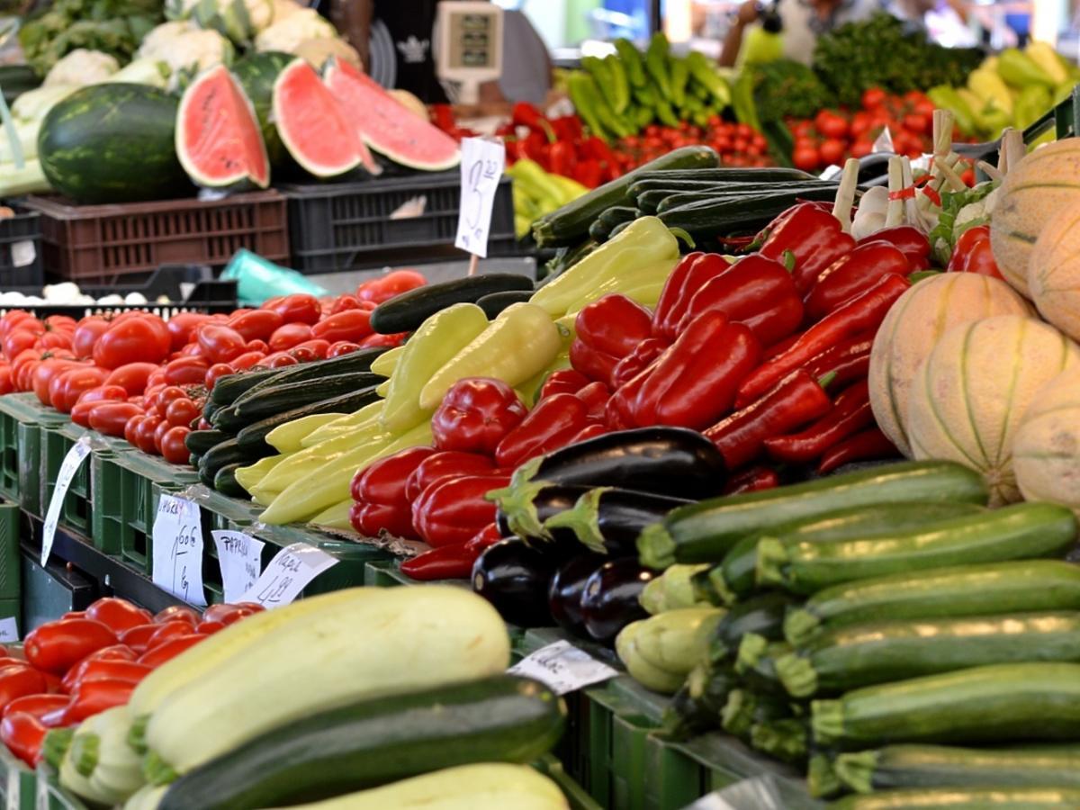 warzywa i owoce na bazarze