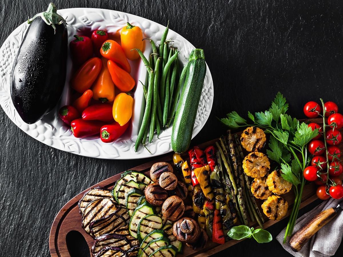 Warzywa ułożone na ruszcie.