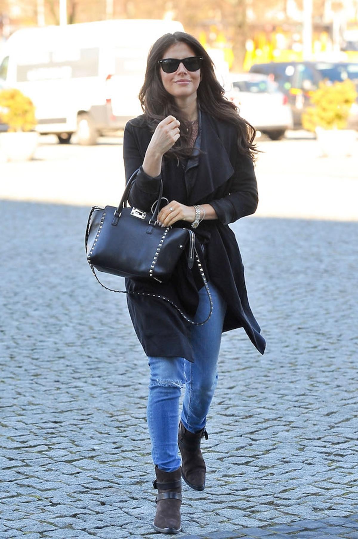 Weronika Rosati w czarnym płaszczu