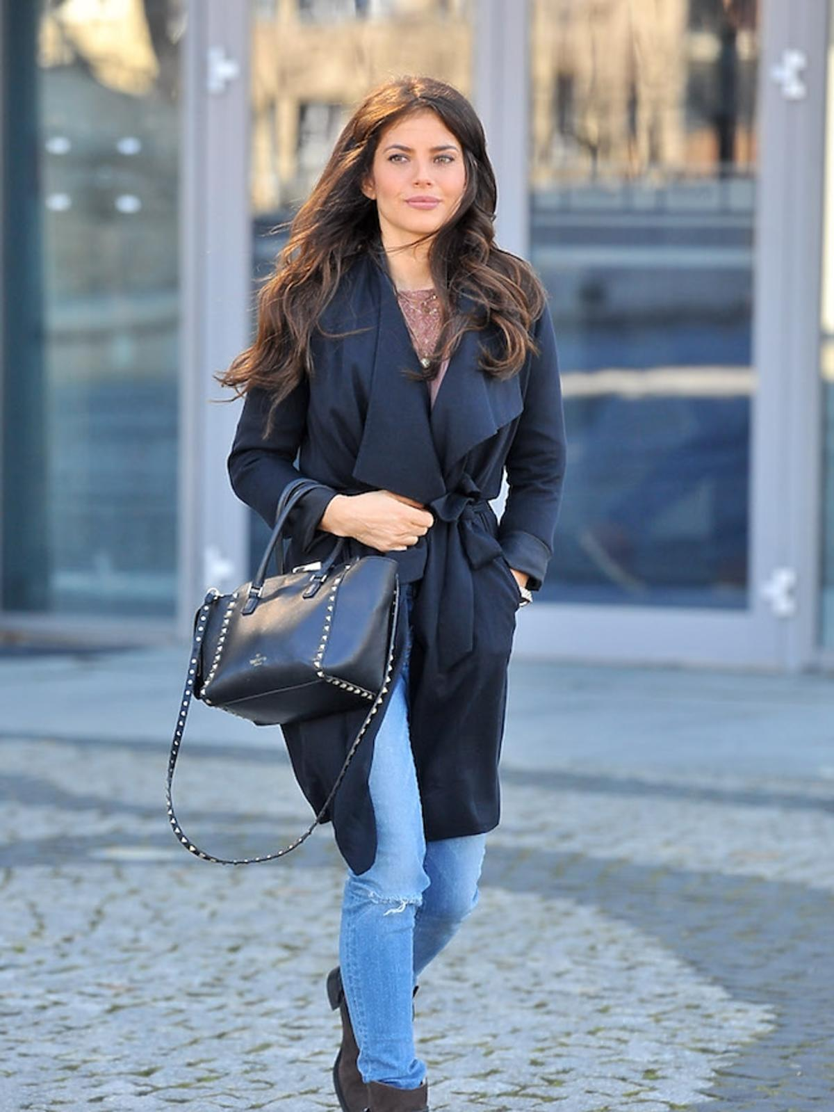 Weronika Rosati z czarną torebą Valentino