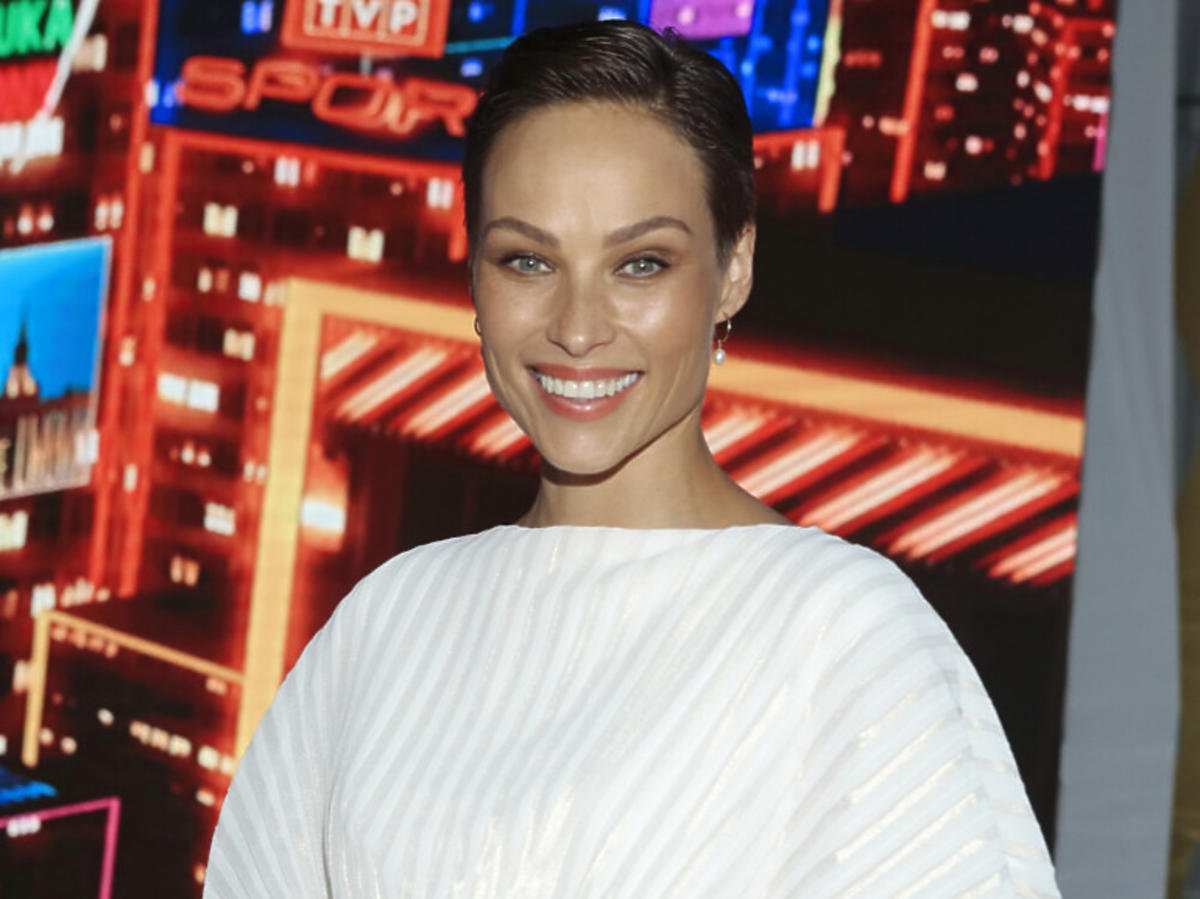 Weronika Książkiewicz w bialej sukience
