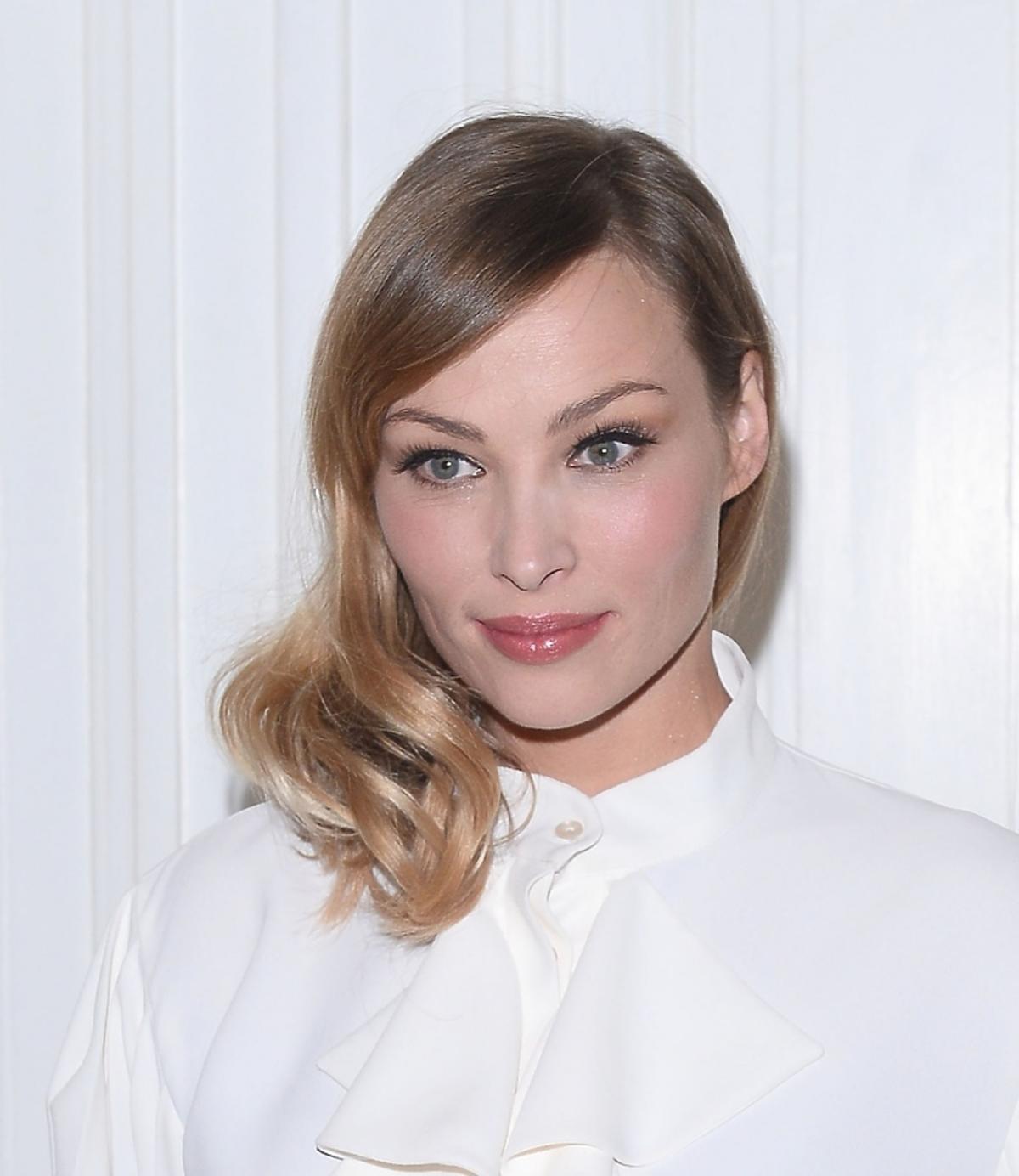 Weronika Książkiewicz w białej sukni i z włosami na bok