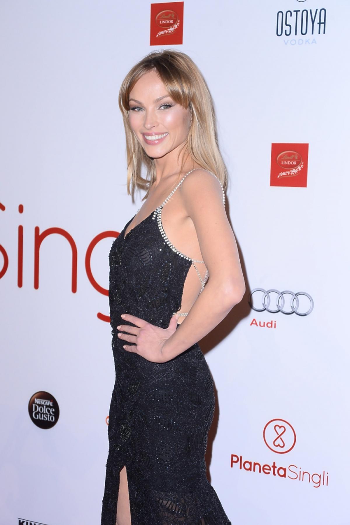 Weronika Książkiewicz w czarnej sukience bokiem