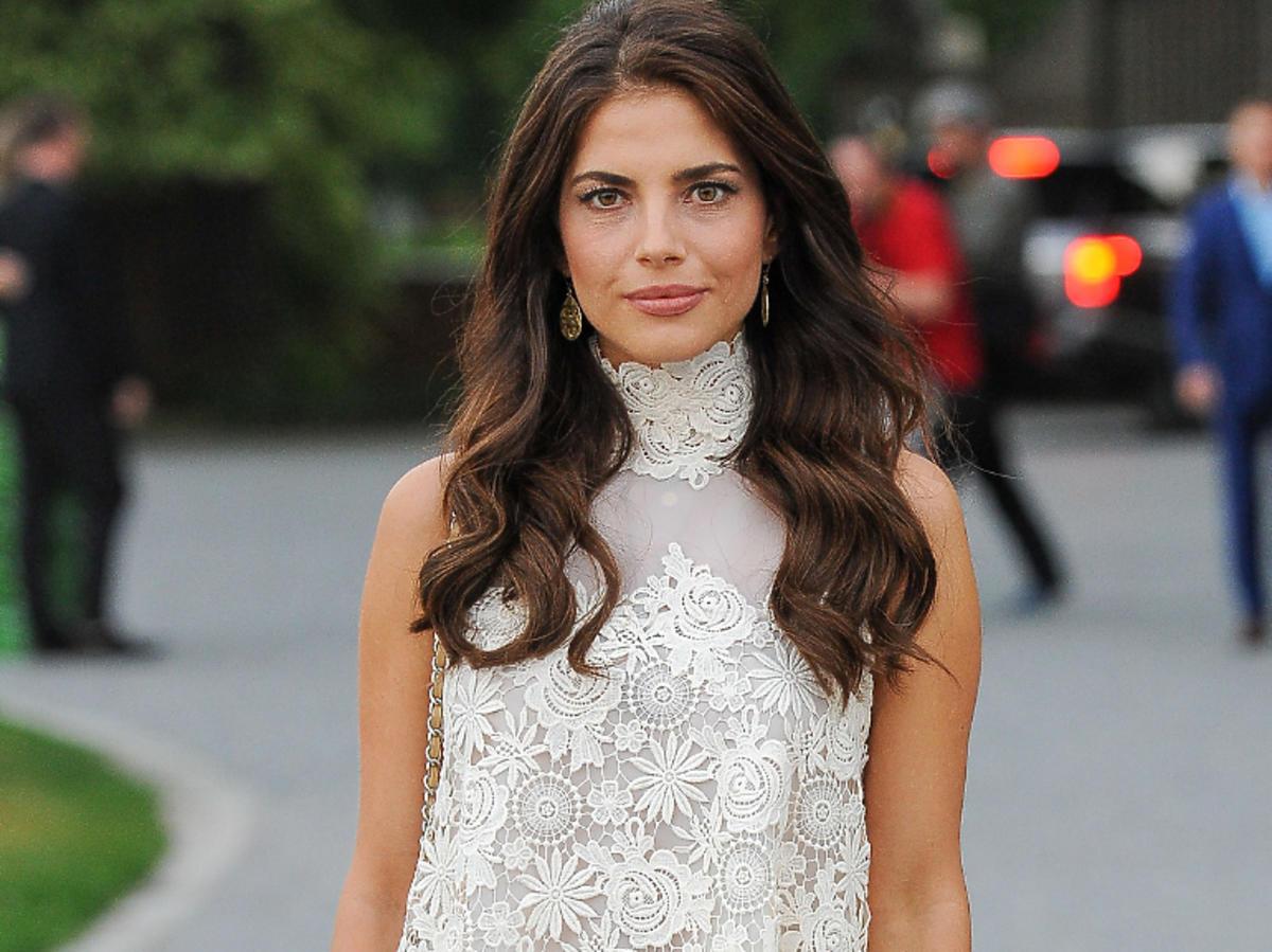 Weronika Rosati w białej koronkowej sukience